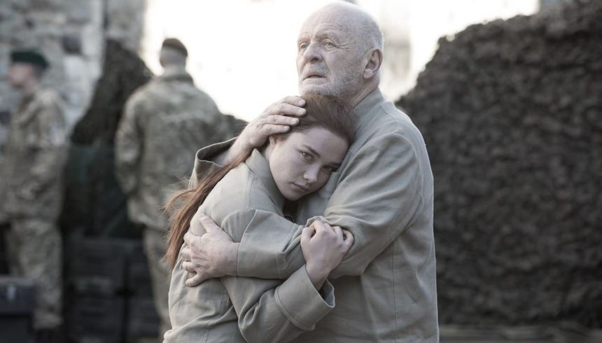 Lear (Anthony Hopkins) und Cordelia (Florence Pugh).