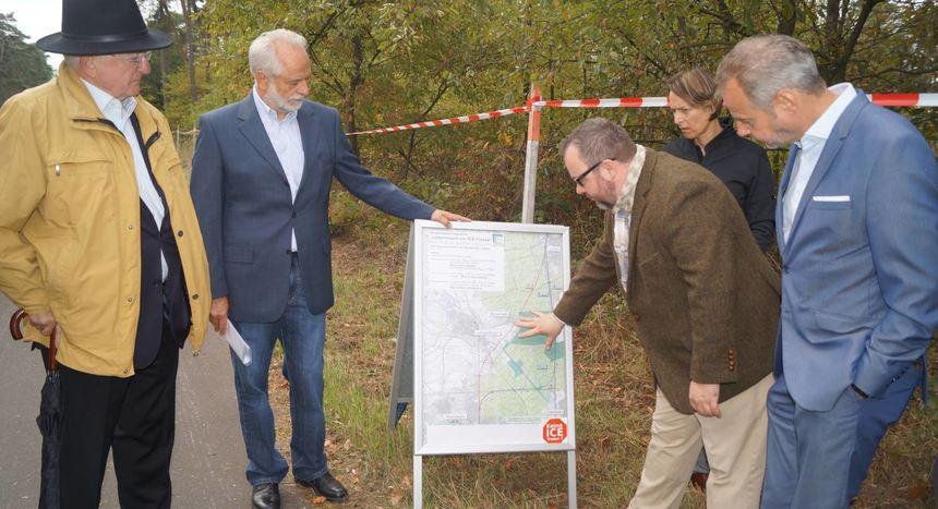 FDP-Politiker sind sich über den Sinn einer Bahntrasse entlang der Autobahn einig (v.l.): Helmut ...