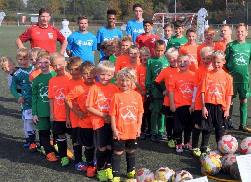 30 Jungen im Alter von fünf bis elf Jahren, hier mit den Trainern (v.l.) Patrick Pruntsch, Michael ...