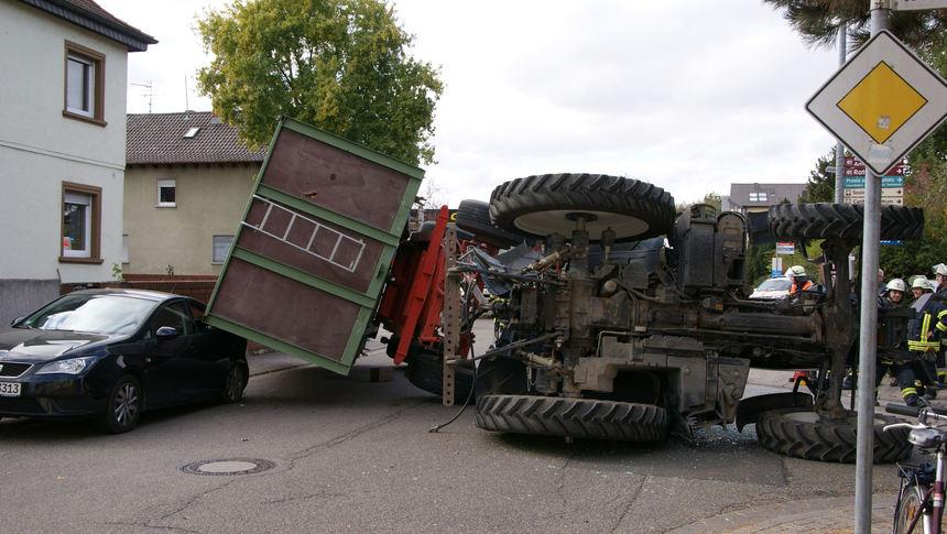 Top Bürstadt: Traktor mit Anhänger umgestürzt - Newsticker Südhessen &MT_71