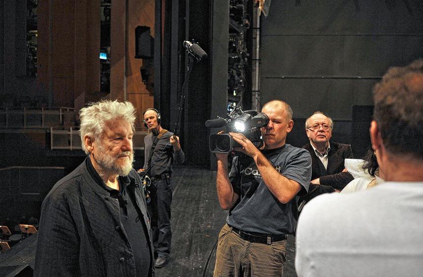 """Filmen um """"Ring""""-Regisseur Achim Freyer (links): Martin Amrain (hinten), Christian Schally und ..."""