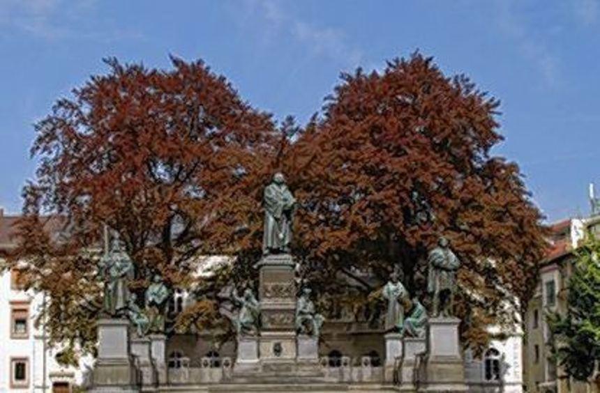 Auch das Lutherdenkmal zieren viele Blüten.