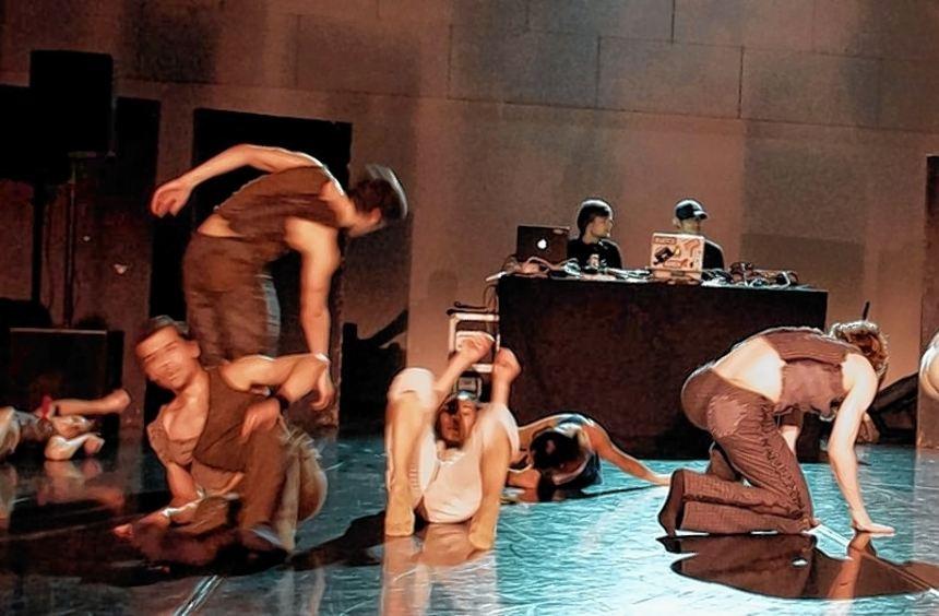 """DJs und Tänzer auf einer Bühne: """"Impromptu"""" im Nationaltheater."""