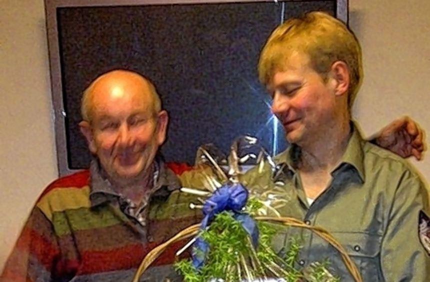 Peter Demuth ehrte Ulrich Fischer für seine Tätigkeit als langjähriger Lehrgangsleiter.