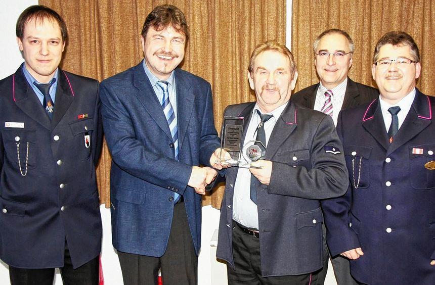 Für seinen beispielhaften Einsatz um das Feuerwehrwesen wurde Manfred Stätzler mit der Ehrentafel ...