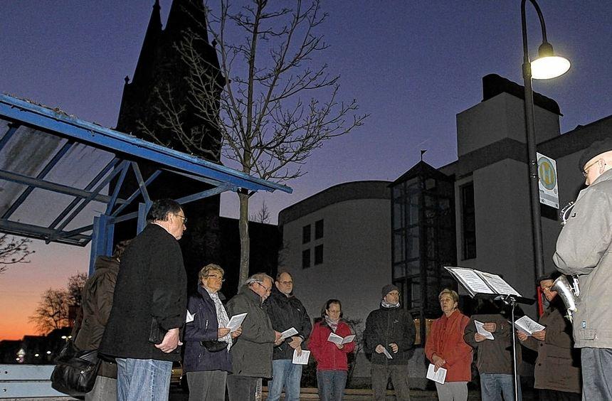 Zum Josefstag lud die KAB zu einem nächtlichen Fußmarsch durch Biblis ein. An mehreren Stationen ...