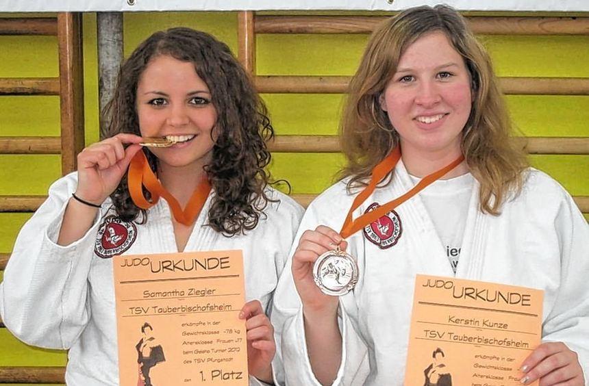 Turniersiegerin Samantha Ziegler (links) und Bronzemedaillengewinnerin Kerstin Kunze, beide vom TSV ...