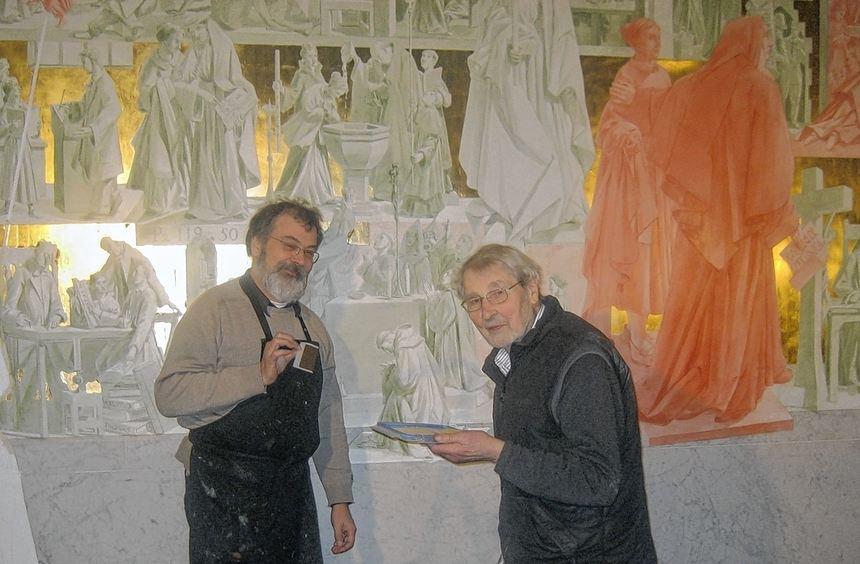 Zwischen September 2011 und Januar 2012 schuf der Bildhauer Paul Nagel (Wesseling, rechts) zusammen ...