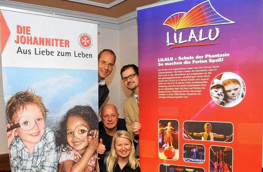 Martin Swoboda, Maximilian Breitling, Lilalu-Vorsitzender Willi Wermet und Projekt-leiterin Anna ...