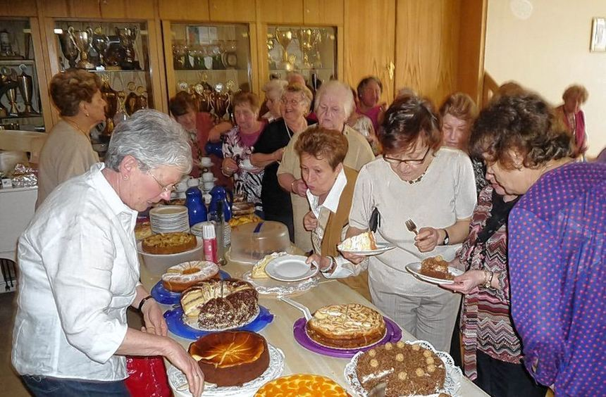 Nach dem offiziellen Teil der Jahreshauptversammlung verleitete ein reichhaltiges Kuchenbuffet die ...