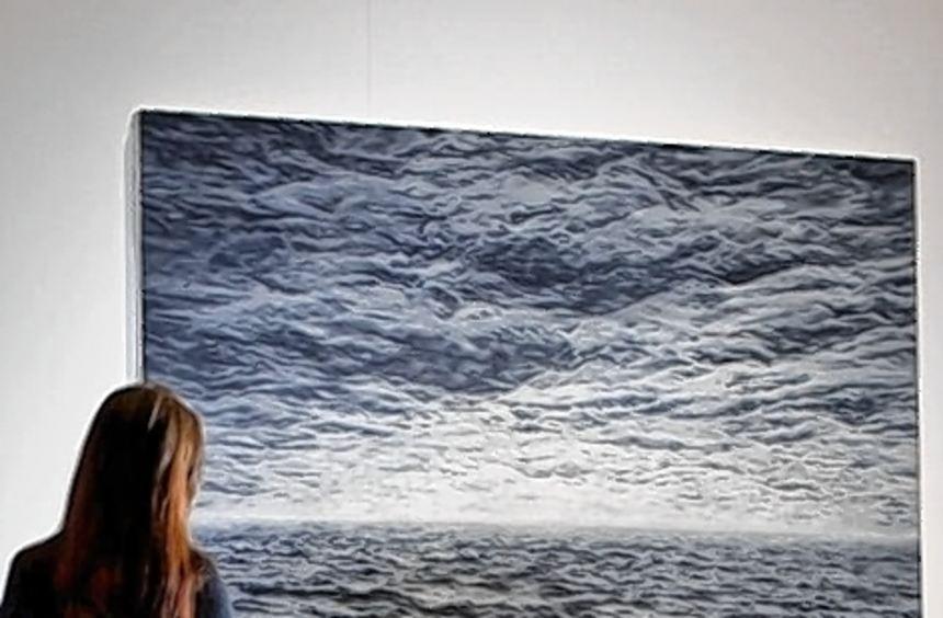"""Eine Besucherin der Neuen Nationalgalerie betrachtet Richters """"Seestück""""."""