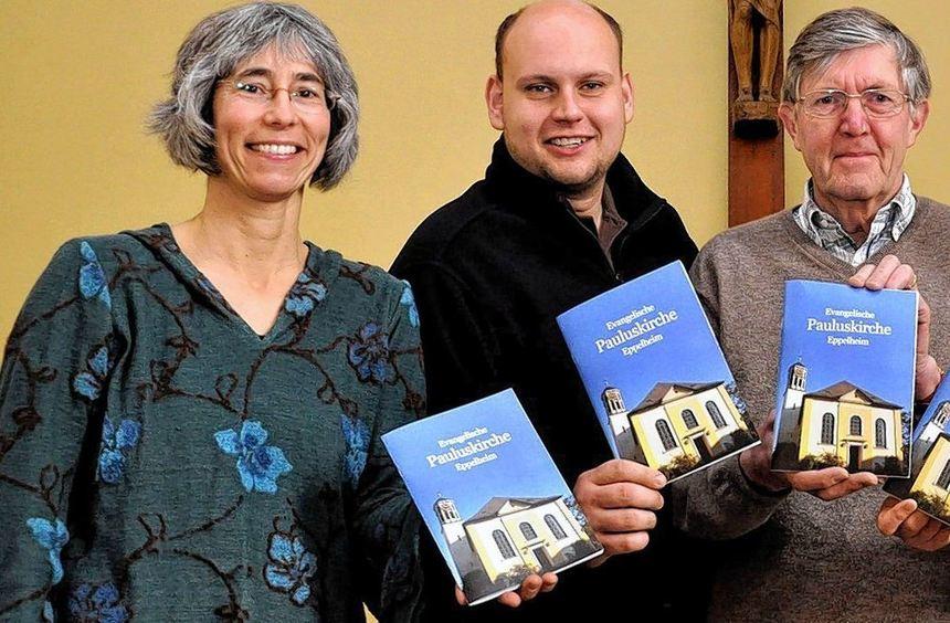 Margit Rothe, Daniel Horsch, Joachim Dahlhaus und Hanna Hahne (von links) stellen den Kirchenführer ...