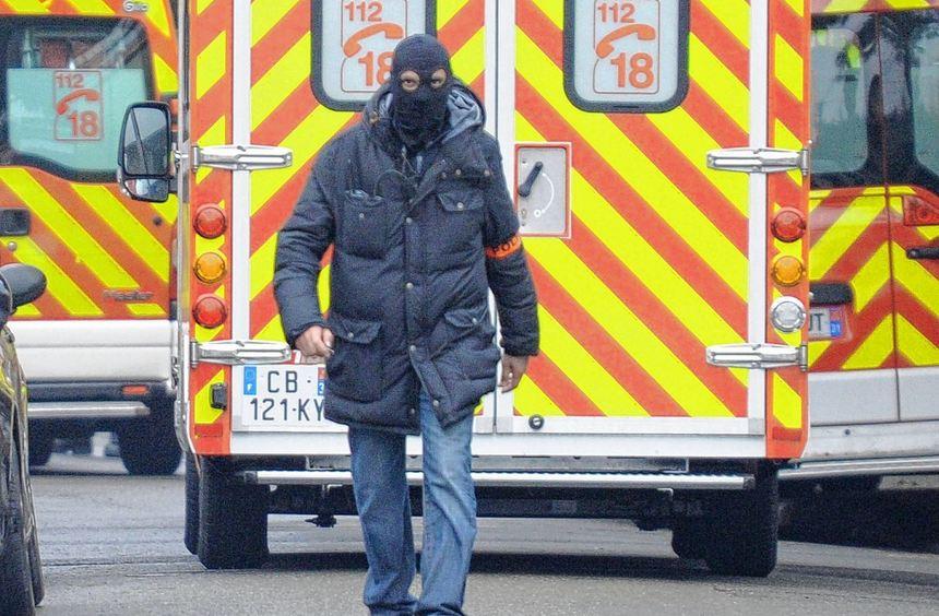 Gespanntes Warten in Toulouse: Ein Kripobeamter in der Nähe des Hauses, in dem sich der mutmaßliche ...