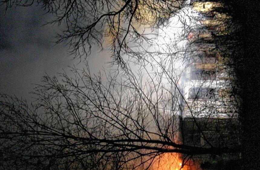 Im Hintergrund ist die alte Halle im Rauch zu erahnen, im Vordergrund sind die in Flammen stehenden ...