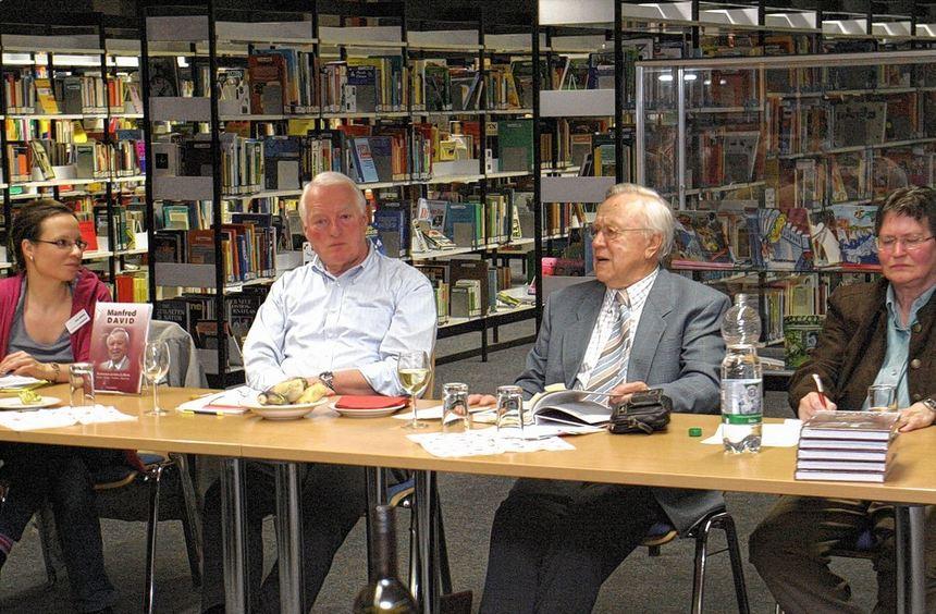 Der Vorstand des Fördervereins der Stadtteilbibliothek mit der Leiterin Kerstin Kalinke, ...