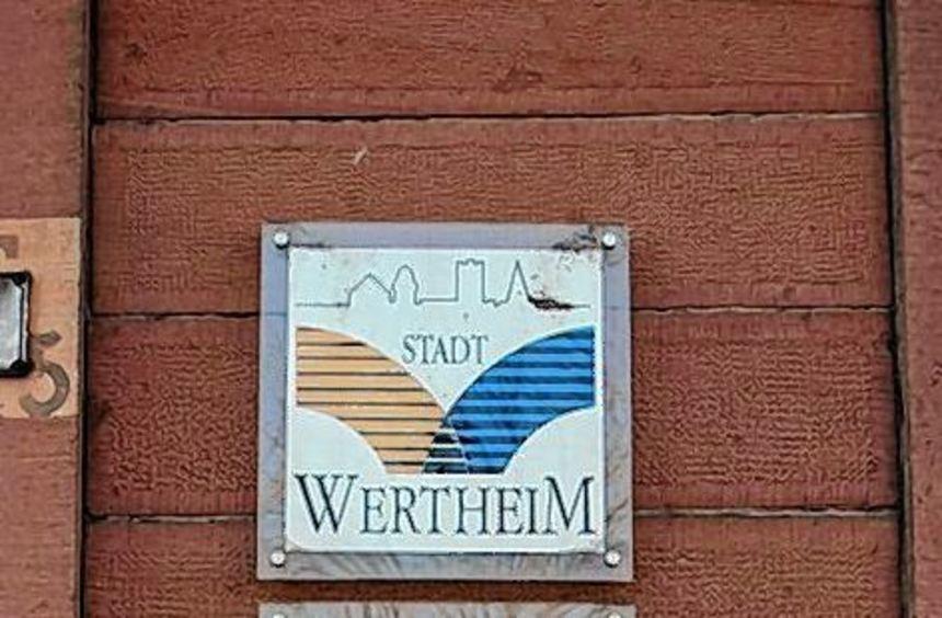 Am Eingang der Edward-Uihlein-Schule in Wertheim wird bald auch ein Schild auf die Außenstelle der ...