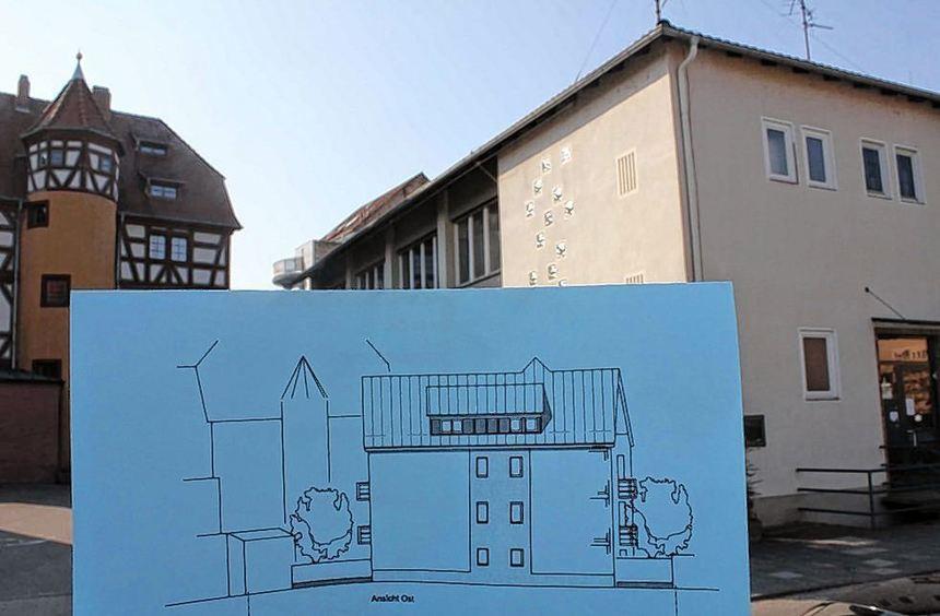 Der geplante Neubau auf dem Areal des alten Feuerwehrhauses (r.) lässt den Blick auf den ...