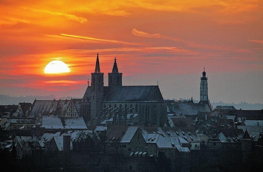 Rothenburg ob der Tauber im Licht der morgendlichen Sonne. Im Vordergrund die Türme der ...