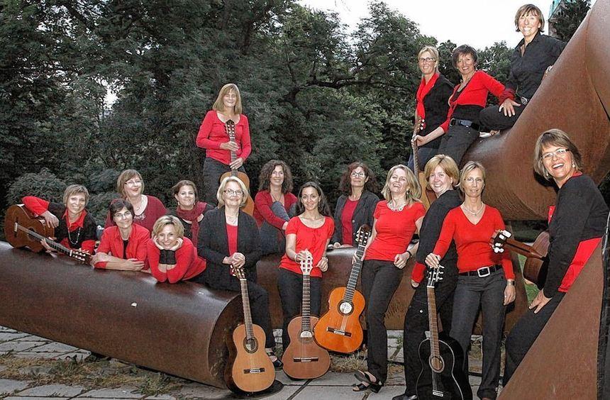 """Bringen ein umfangreiches Repertoire mit: die """"Gitarristas"""" Birgit Serr, Eva-Maria Walther, Judith ..."""