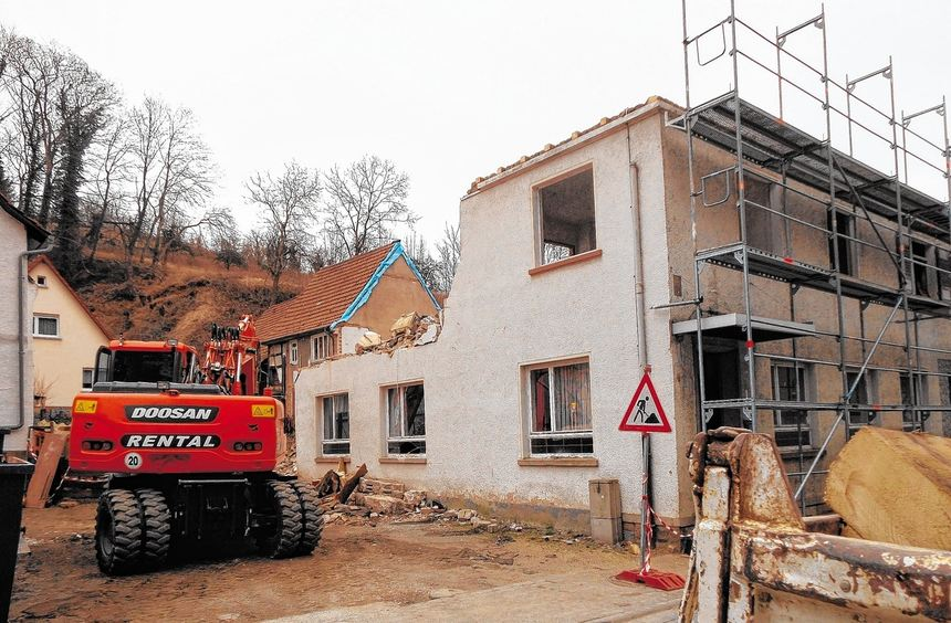 """Der Abrissbagger symbolisiert das endgültige Ende der Hambacher Gaststätte """"Zum Goldenen Stern"""". ..."""
