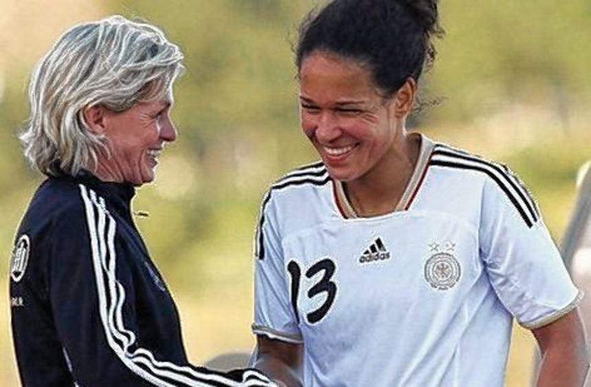 Bundestrainerin Neid und Celia Mbabi erwarten Trainingsbesucher.