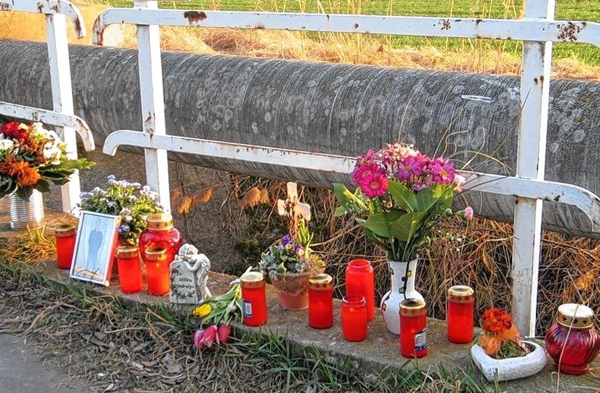 Blumen, Kerzen und Fotos wurden im Gedenken an den 25-Jährigen an der Unfallstelle aufgestellt, der ...
