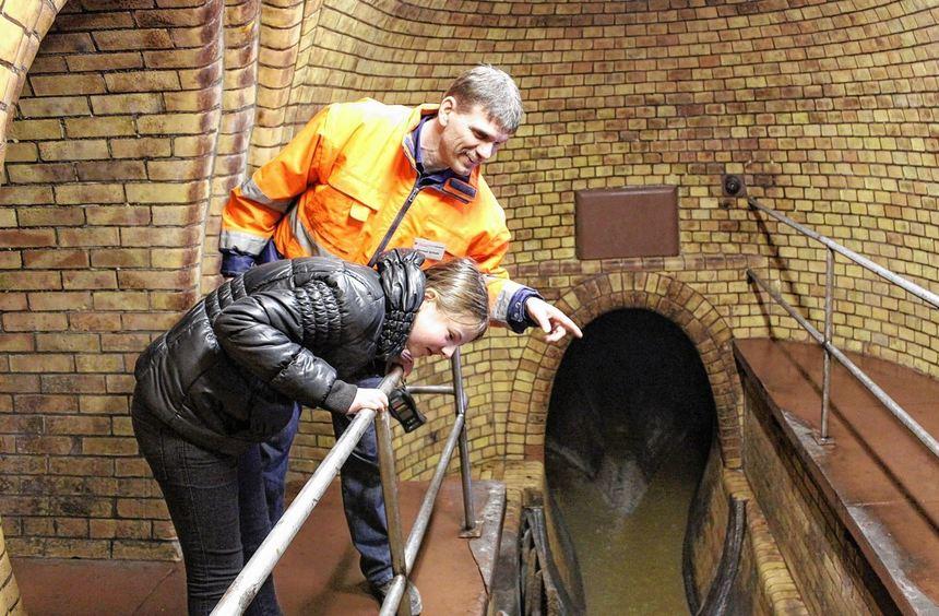 Kanalarbeiter Michael Schalk führt durch den Mannheimer Untergrund und zeigt die Wege der Abwässer. ...