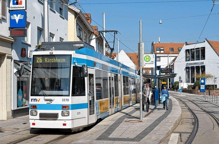 An den Gleisen der Straßenbahnlinie 26 in Kirchheim müssen die Bitumenfugen und der Asphalt ...