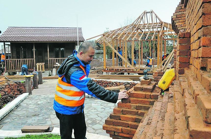 Arbeiter aus Indonesien errichten auf der Baustelle der Welt-Garten-Expo in Venlo traditionelle ...