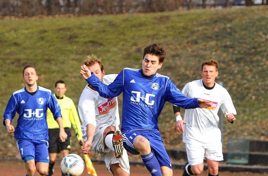 Daniel Egles (blaues Trikot) fällt wegen eines Bänderanrisses vermutlich gegen den FC Spöck aus.