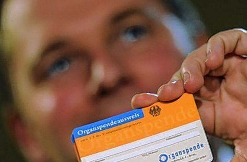 Gesundheitsminister Daniel Bahr zeigt einen Organspendeausweis.