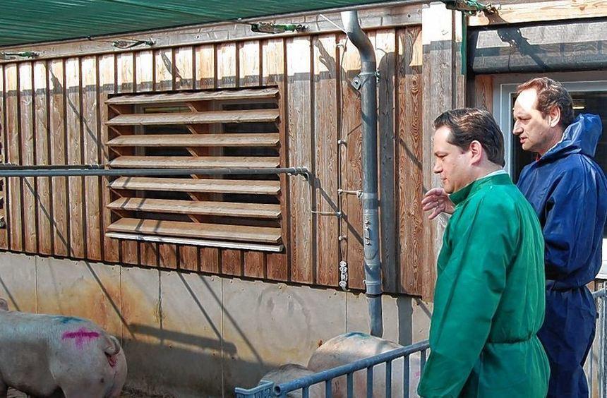 Der Leiter der Landesanstalt für Schweinezucht, Hansjörg Schrade (rechts), erläuterte ...