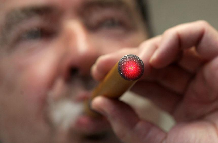 Die E-Zigarette qualmt nicht, sondern dampft.