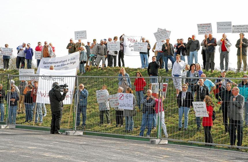 Mehr Zuseher als gewünscht: Zahlreiche Demonstranten ließen es sich auch gestern nicht nehmen, ...