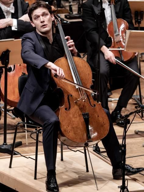 Stilsicher: Cellist Maximilian Hornung in der Stadthalle.