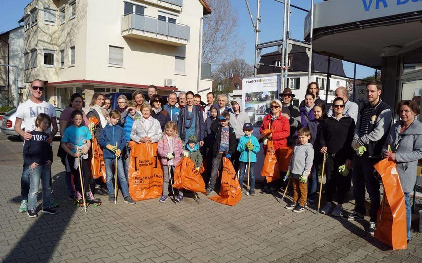 Bewaffnet mit Greifzangen, Handschuhen und Müllsäcken: Bei herrlichem Frühlingswetter starteten ...