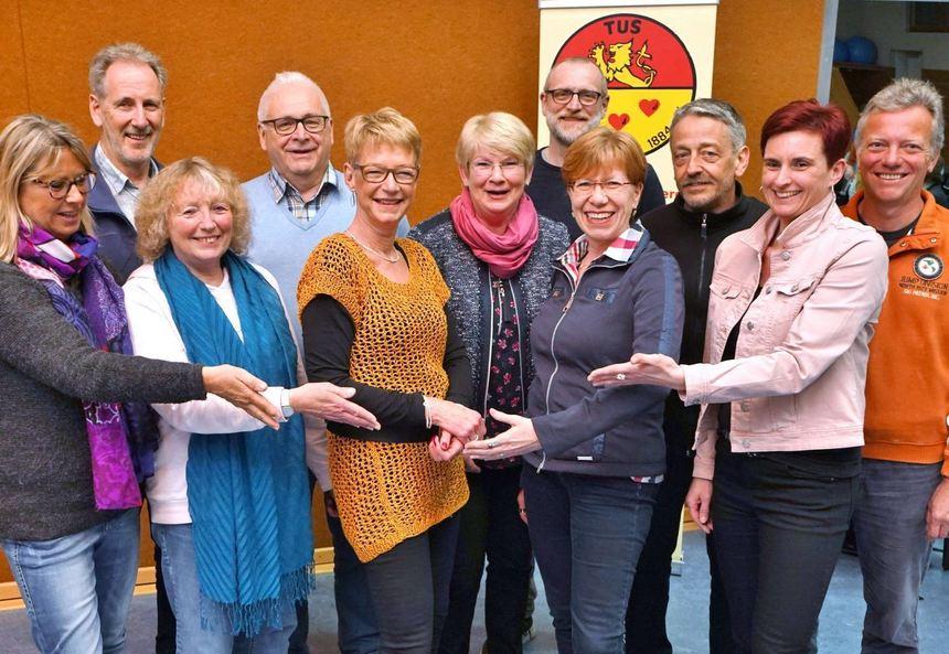 Der Vorstand des Turn- und Sportverein (TuS) Zwingenberg mit der alten und neuen Vorsitzenden ...
