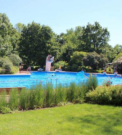 Das Rheinauer Parkschwimmbad wartet auf seine Besucher.