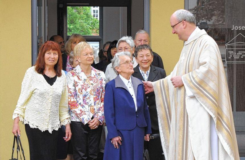 Pfarrer Friedbert Böser gratuliert zur Jubelkommunion in St. Pankratius.