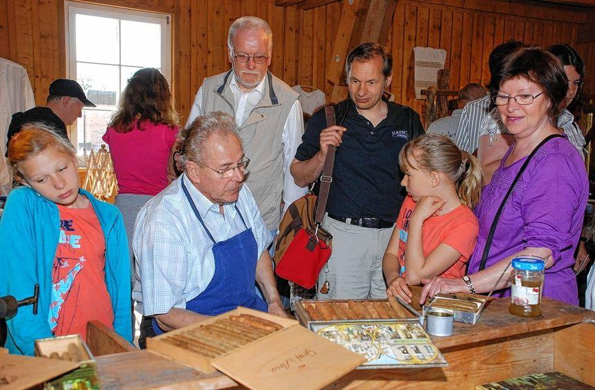 Zurück in die Zeit des alten Handwerks: Klaus Brake zeigt den interessierten Besuchern des ...