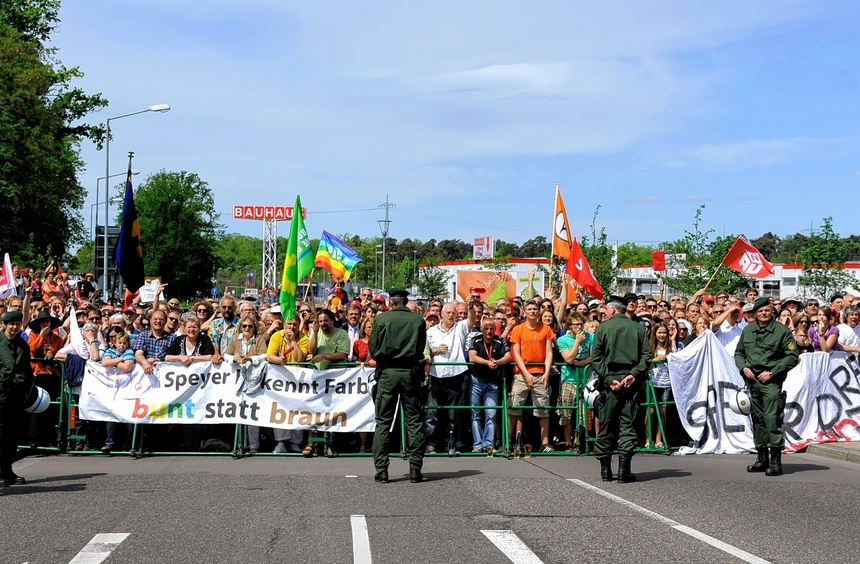 """Die Bevölkerung trat der Demonstration der rechtsradikalen Gruppierung vom """"Nationalen und sozialen ..."""