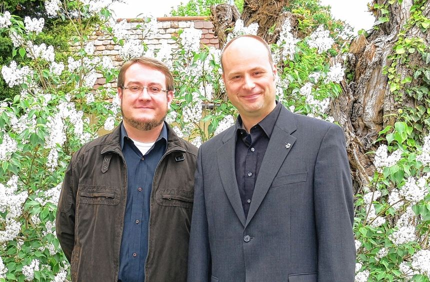 Ingo Stegmüller (links) ist der neue Vikar in Nordheim. Bei Lehrpfarrer Arne Polzer lernt er in den ...