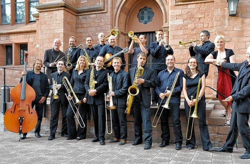 Big-Band und der Singkreis St. Aposteln (rechts) freuen sich auf ihre bevorstehenden Aufgaben am ...