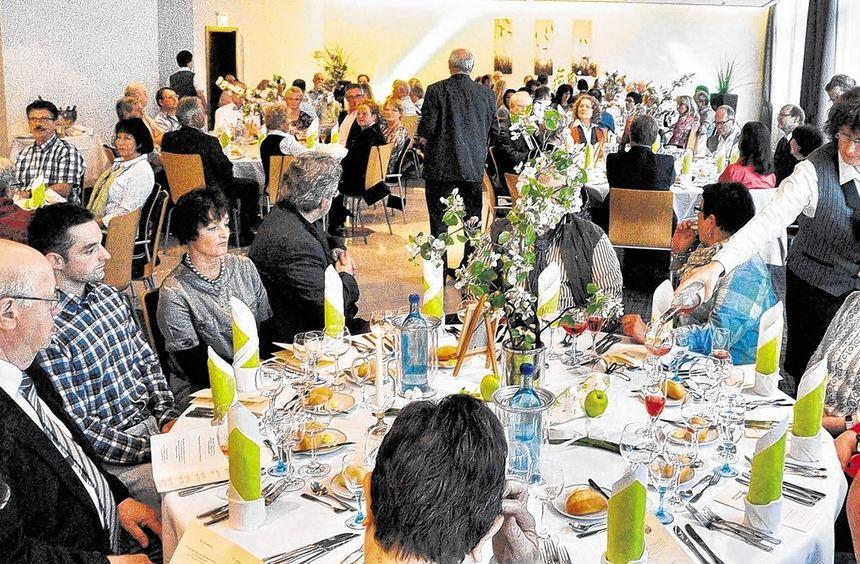 Zum Essen passende Weine genossen etwa hundert Gäste bei der kulinarischen Weingala im Heppenheimer ...
