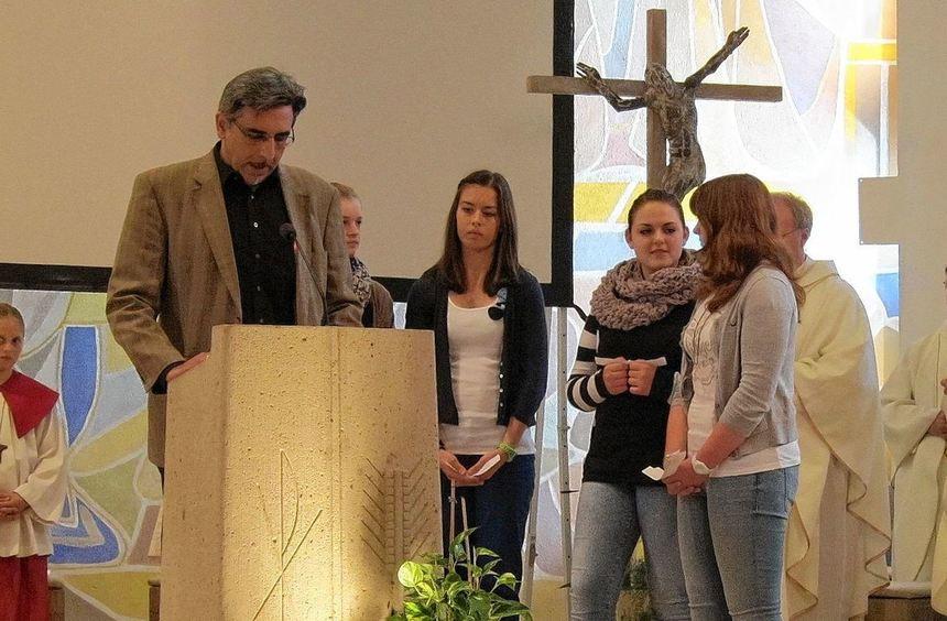 Ein besonderer Gottesdienst: Firmlinge und Geistliche beim Fürbittgebet in der Lampertheimer Kirche ...