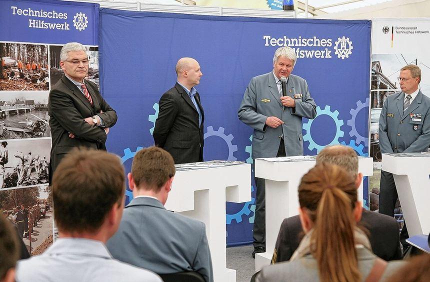 Pressekonferenz in Zelt 25: Norbert Seitz, Moderator Matthias Pfeifenroth, THW-Präsident Albrecht ...
