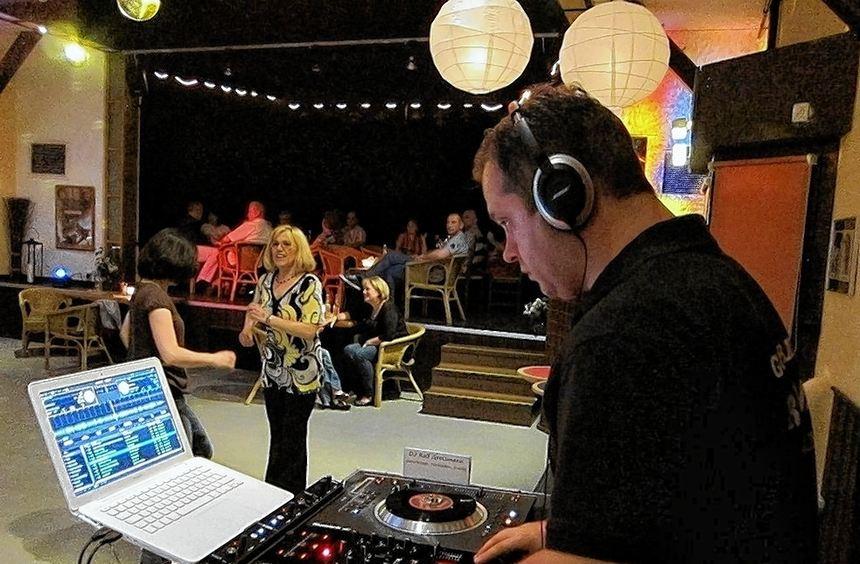 DJ Ralf Grossmann legt gerne Schallplatten auf. Im Alten Kino lässt er die Disco-Welle der 70er ...