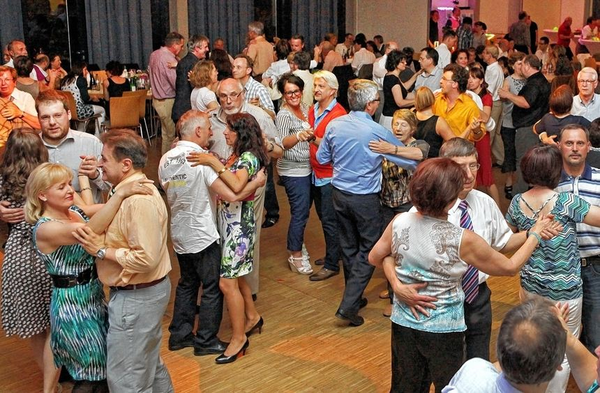 """Die Tanzfläche im Lutherhaus war ständig gut besetzt - die Band """"Rosegarden"""" überzeugte wie im ..."""