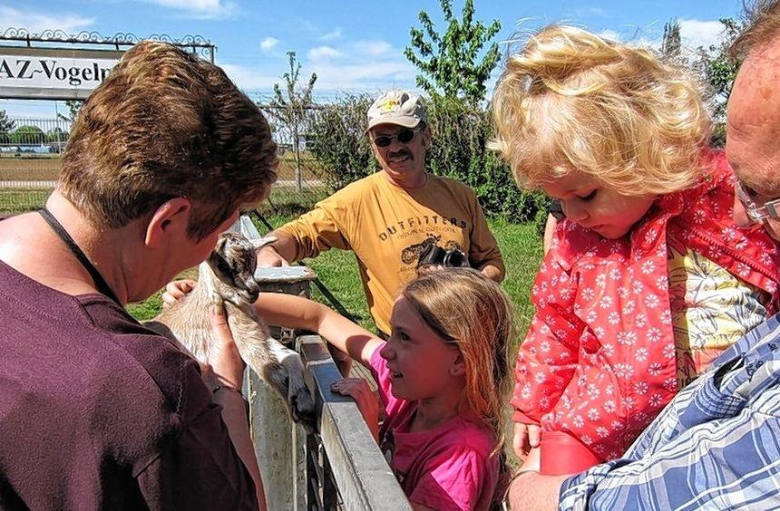 Ein Grund, den Mai zu feiern: Monika Alberstadt zeigt Besuchern des AZ-Vogelpark das frischgeborene ...