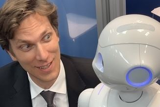 Andreas Holtschulte mit Roboter